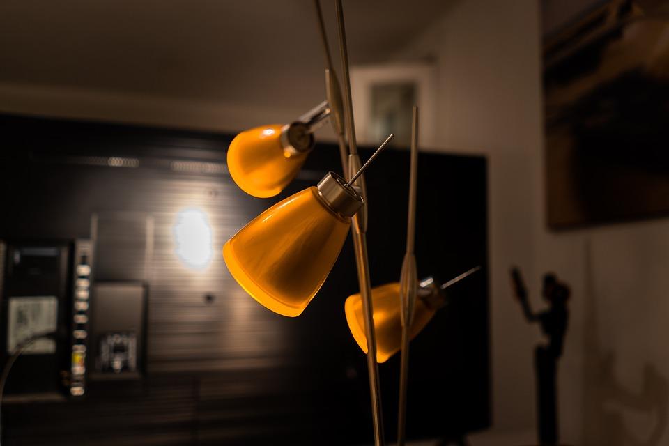Tisch Stehlampe – Warme Beleuchtung